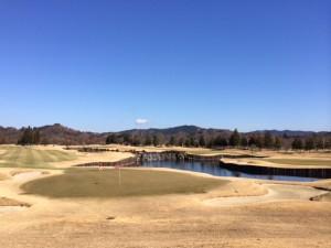 池の左側が9番、池の右側が18番ホール〜